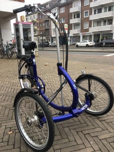 Therapeutisches Dreirad fuer Erwachsene Viktor von Van Raam blau Bremen